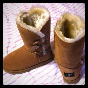 I am selling cream and tan UGGs!😘